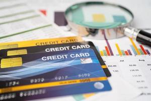 Kreditkarte auf Diagramm- und Millimeterpapier. Finanzentwicklung, Bankkonto, Statistik, investitionsanalytische Forschungsdatenwirtschaft, Börsenhandel, Geschäftskonzept. foto