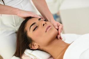 Frau, die im Spa-Wellness-Center eine Kopfmassage erhält. foto