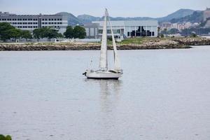 weißes Segelboot in der Guanabara-Bucht foto