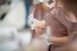Hochzeitsblume an Hand mit Unschärfehintergrund, Blumenstraußblume foto