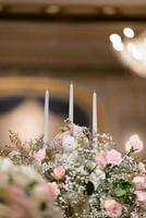 Kerze im Dunkeln, Hochzeitskerze mit Bokeh-Lichthintergrund foto