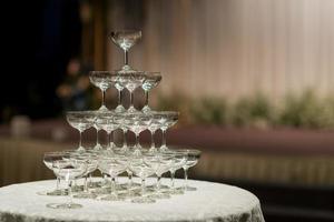 leeres Weinglas mit unscharfem Hintergrund foto