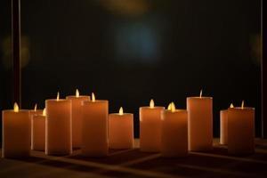 Kerze im Dunkeln, Hochzeitskerze mit unscharfem Hintergrund foto