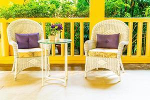 leerer Terrassenstuhl und Tischdekoration auf dem Balkon foto