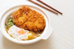 japanisches gebratenes Schweineschnitzel mit Zwiebelsuppe und Ei foto