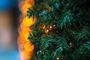Nahaufnahmefoto. Weihnachtsschmuck und Lichter. foto