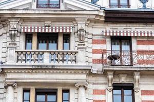 Fassade eines historischen Backsteingebäudes mit Metallbalkonen. Genf, Schweiz foto