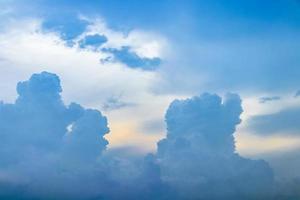 dunkle wolken über bangkok in thailand zieht ein sturm auf. foto