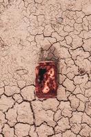 alte rostige Dose auf dem Wüstenboden, globale Erwärmung foto
