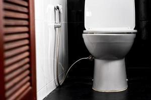 weiße Toilettenschüssel in einem Badezimmer eines Privathauses foto