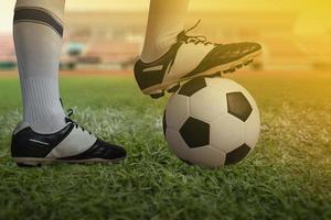 Nahaufnahme von Fuß auf Fußball auf einem Fußballfeld foto