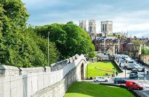 York-England, 3. September 2019 - York Minster mit York City von der Stadtmauer, England, Großbritannien. foto