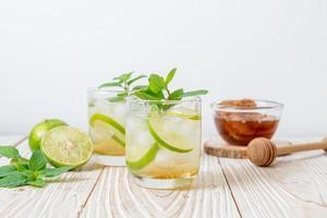 Geeister Honig und Limettensoda mit Minze - Erfrischungsgetränk foto
