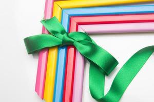 farbige Rahmen und ein Geschenkband foto