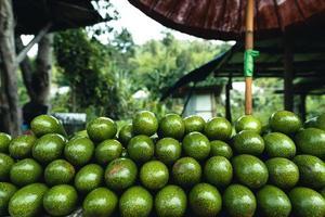 Avocados auf einem Tisch auf einem Straßenmarkt foto