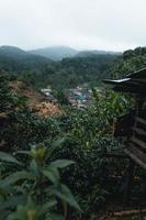 Dorf in den Bergen im tropischen Regenwald foto