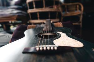 Akustikgitarre aus Holz auf Holzboden foto