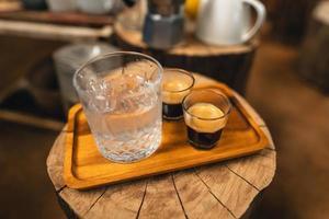 Kaffee aus der Maschine zu Hause zubereiten,Espresso-Kaffee-Kaffee aus der Maschine zu Hause zubereiten foto