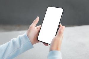 Hand hält Smartphone leeren Bildschirm Modell foto