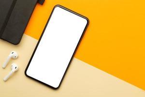Smartphone mit leerem Bildschirmmodell auf dem Schreibtisch foto