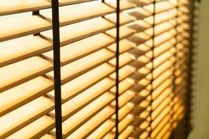 Nahaufnahme Bambusrollo, Bambusvorhang, Küken, Jalousie oder Sonnenrollo - Weichzeichnungspunkt foto