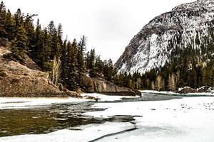 der Bow River von den Wasserfällen im Winter. Banff-Nationalpark, Alberta, Kanada foto