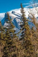 Rundle Berg vom Straßenrand. Banff-Nationalpark, Alberta, Kanada foto