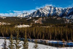 Bow River fließt unterhalb des Bugbereichs. Banff-Nationalpark, Alberta, Kanada foto