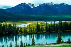 der Bow River unter Herbstfarben. Banff-Nationalpark, Alberta, Kanada foto