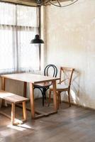 leerer Tisch und Stuhl im Café und Restaurant des Cafés foto