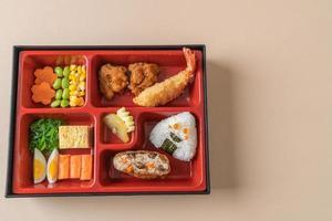 Inari-Sushi-Reis umhüllt von getrocknetem Tofu mit gebratenen Garnelen und gebratenem Hühnchen im Bento-Set - japanische Küche foto