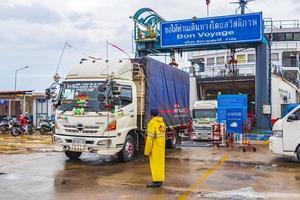 bunter thai-lkw verlässt die fähre auf koh samui, thailand, 2018 foto