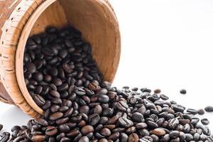 geröstete Kaffeebohnen in weißem Hintergrundausschnitt isoliert foto