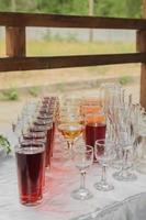 Getränke in Tassen und Gläsern foto