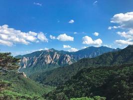 die Aussicht auf schöne Berge vom hohen Gipfel. Seoraksan-Nationalpark. Südkorea foto