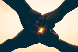 Nahaufnahme von Freunden Fauststoß. Freundschaft und Teamwork-Konzept. foto