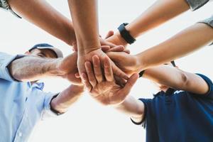 Leute, die ihre Hände zusammenlegen. Freunde mit Stapel von Händen, die Einheit und Teamwork zeigen. Freundschaft Glück Freizeit Partnerschaft Teamkonzept. foto