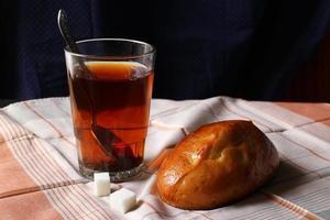 Brötchen und Tee. einfaches Frühstück. foto