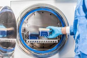 Wissenschaftler sterilisieren Labormaterial im Autoklaven foto
