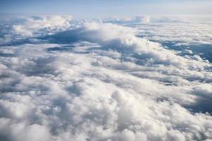 flauschige weiße Wolken am Himmel foto