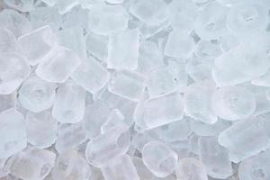 Haufen Eiswürfel im Eimer foto