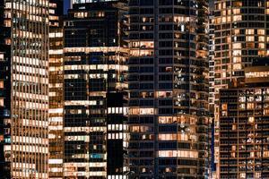 Fassadenfenster des beleuchteten modernen Wolkenkratzers mit Bürogebäude foto
