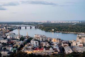 Landschaft der Stadt Kiew von einem Höhepunkt im Rahmen des Flusses foto