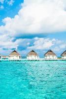 tropisches malediven resort hotel und insel mit strand und meer für ferienferienkonzept - steigern sie den farbverarbeitungsstil foto