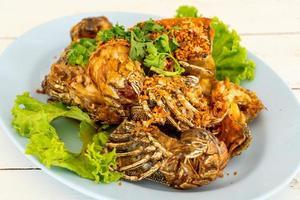 gebratene Flusskrebse oder Fangschreckenkrebse mit Knoblauch nach Meeresfrüchte-Art foto