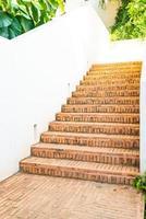 Außentreppe aus Backstein mit weißer Wand foto