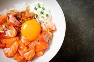 japanischer Reis mit frischem Lachs roh und Ei foto
