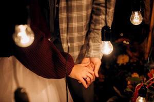 das Brautpaar hält zärtlich die Hände zwischen ihnen Liebe und Beziehungen foto