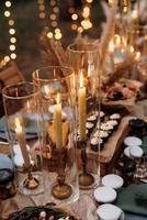 stimmungsvolles Kerzendekor mit Live-Feuer auf der Festtafel foto