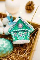 Weihnachtsgeschenk mit Lebkuchenhaus aus Fimo. foto
